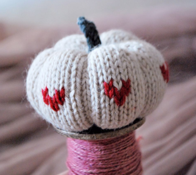 Knitting autumn pumkins